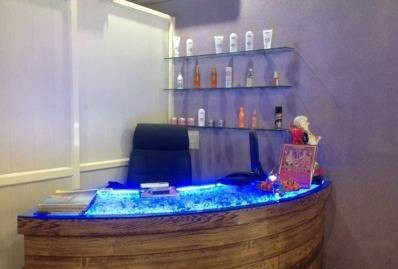 L 18 Unisex Salon & Spa